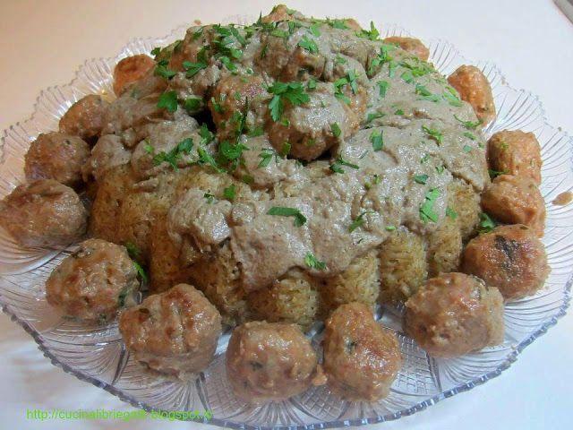 Anello di riso ai funghi con polpette al cumino