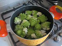 Fagottini di crespelle con broccoli e guanciale su fonduta di pecorino