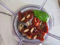 Torta salata con pesto di pomodori secchi porri e burrata