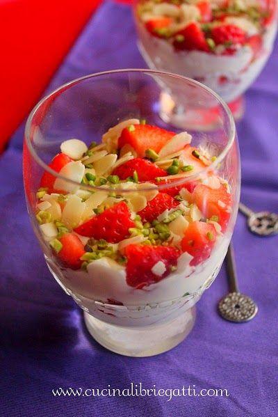 Crema al mascarpone con fragole pistacchi e mandorle