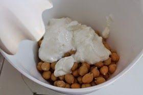 Spiedini di polpette di maiale con hummus di ceci e yogurt