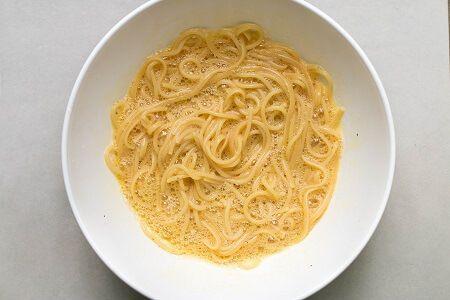 preprazione della frittata di pasta